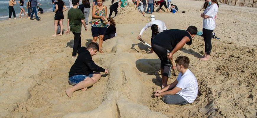 אקטיביזם חברתי ופיסול בחול ים
